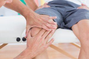 柔道整復師が膝を確認するところ
